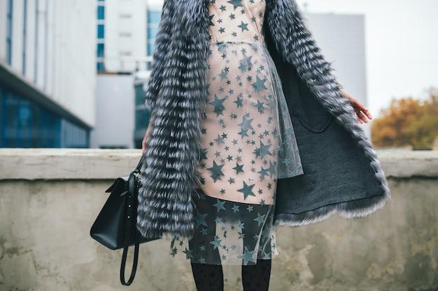 Stijlvolle vrouw in winter bontjas wandelen in de straat