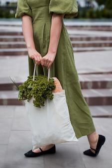 Stijlvolle vrouw met boodschappentas