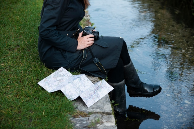 Stijlvolle vrouw met kaart voor op reis