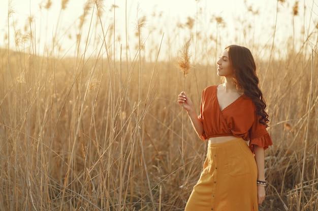 Stijlvolle vrouw tijd doorbrengen in een zomer-veld