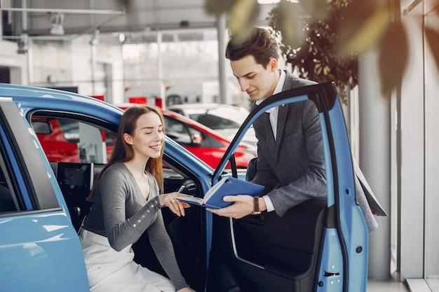 Stijlvolle vrouw twee in een autosalon