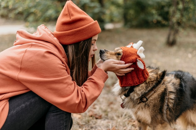 Stijlvolle vrouw uit voor een wandeling met haar hond