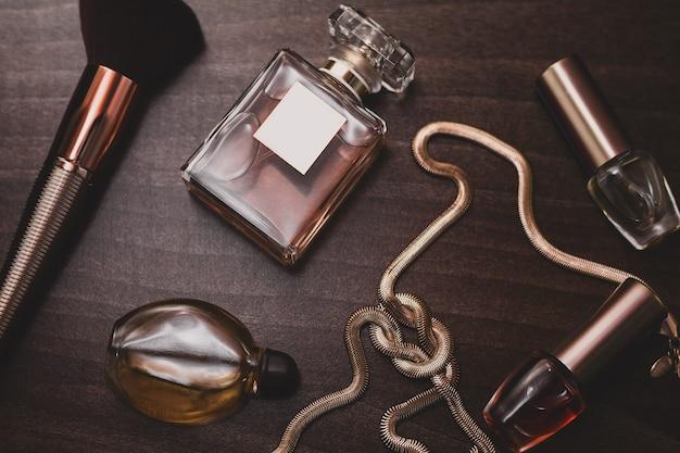 Stijlvolle vrouwelijke accessoires. parfum, penseel, sieraden