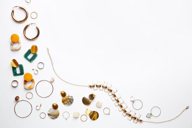 Stijlvolle vrouwelijke sieraden op witte achtergrond