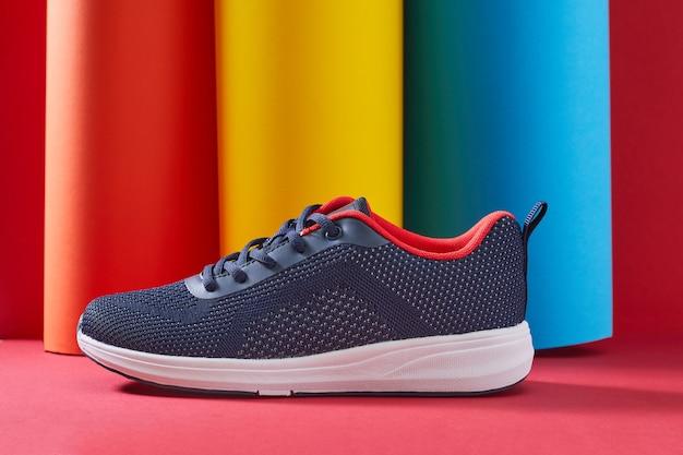 Stijlvolle vrouwelijke sneakers voor hardlopen met kleurrijke buizen een sportschoeisel op veelkleurige stijl