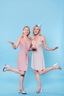 Stijlvolle vrouwen bij verjaardagsfeestje poseren