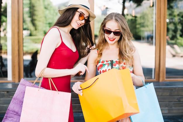 Stijlvolle vrouwen die graag kopen