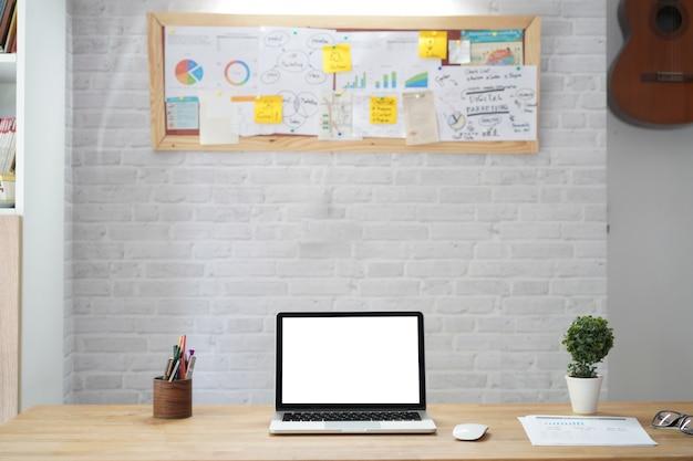 Stijlvolle werkruimte met computer op kantoor aan huis vergadering
