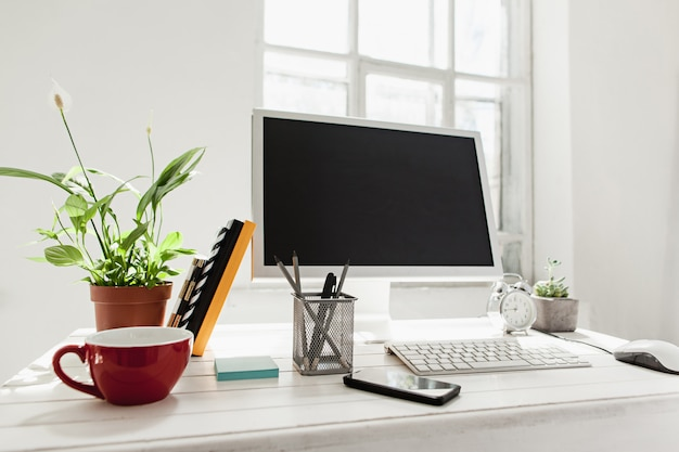 Stijlvolle werkruimte met computer thuis