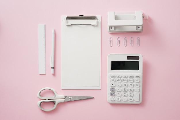 Stijlvolle werkruimte met lege witte briefpapier op pastel zacht roze achtergrond, kopieer ruimte. sjabloon voor uw ontwerp.