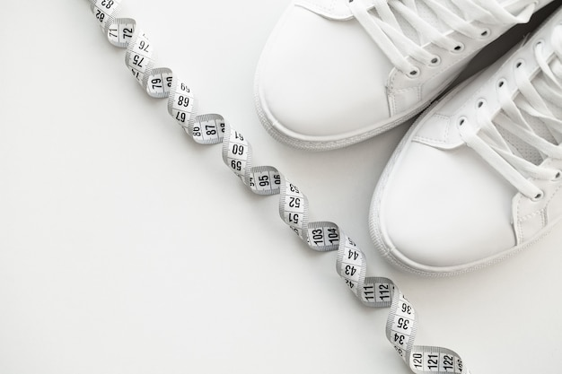 Stijlvolle witte mode sneakers op wit.
