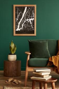 Stijlvolle woonkamer in huis met modern retro interieur, fluwelen bank, tapijt, kruk, bruin houten meubilair, planten, kaart, boek, lamp