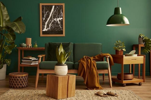 Stijlvolle woonkamer in huis met modern retro interieur, fluwelen bank, tapijt op de vloer, bruin houten meubelen, planten, posterkaart, boek, lamp en persoonlijke accessoires in woondecoratie