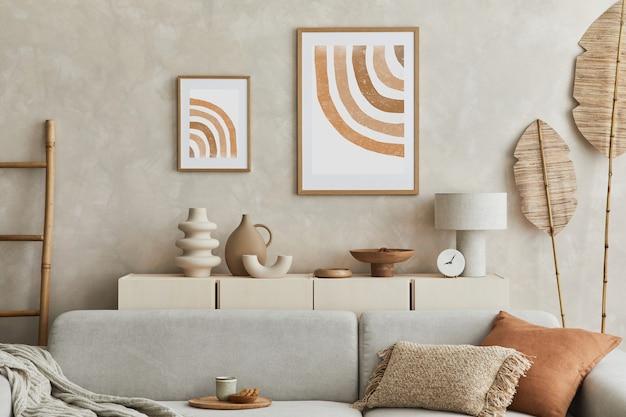 Stijlvolle woonkamercompositie met mock-up posterframe, grijze bank, houten meubilair en persoonlijke accessoires. pastel neutrale kleuren. sjabloon.