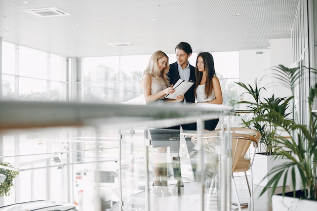Stijlvolle zakenman die werkt in een kantoor