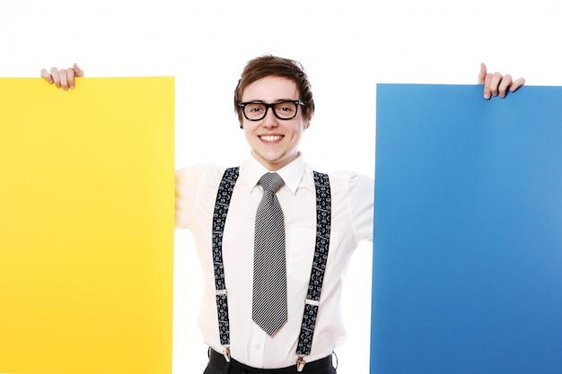 Stijlvolle zakenman met kleurrijke billboards