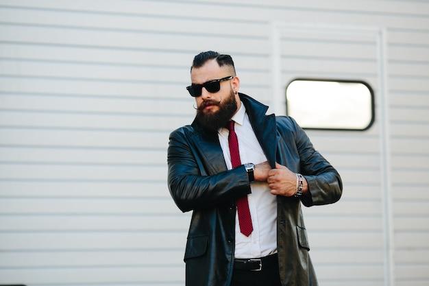 Stijlvolle zakenman met rode stropdas