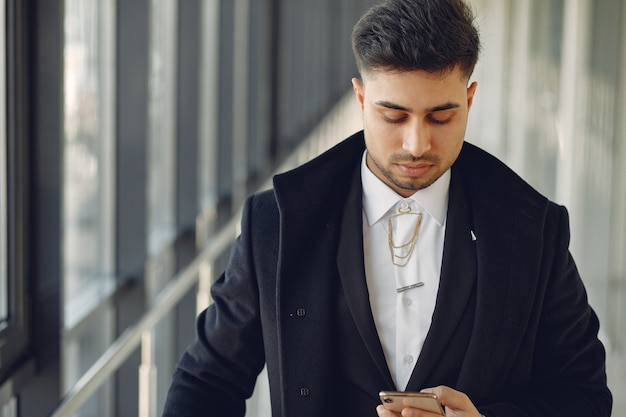 Stijlvolle zakenman werken in een kantoor en gebruik de telefoon