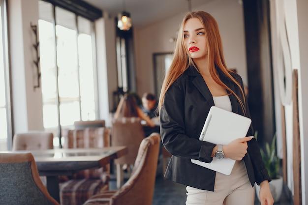 Stijlvolle zakenvrouw in een café