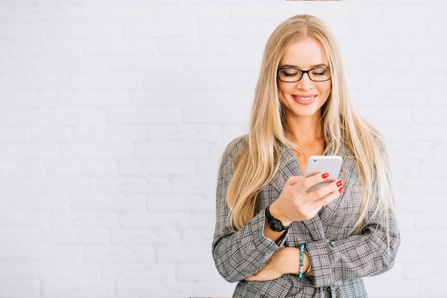 Stijlvolle zakenvrouw met behulp van smartphone