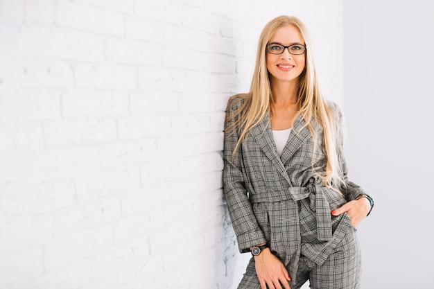 Stijlvolle zakenvrouw met een bril