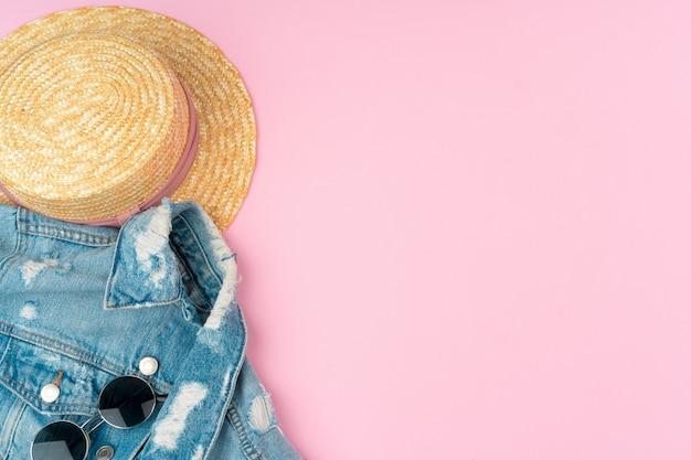 Stijlvolle zomeroutfit voor vrouw op pastelroze achtergrond