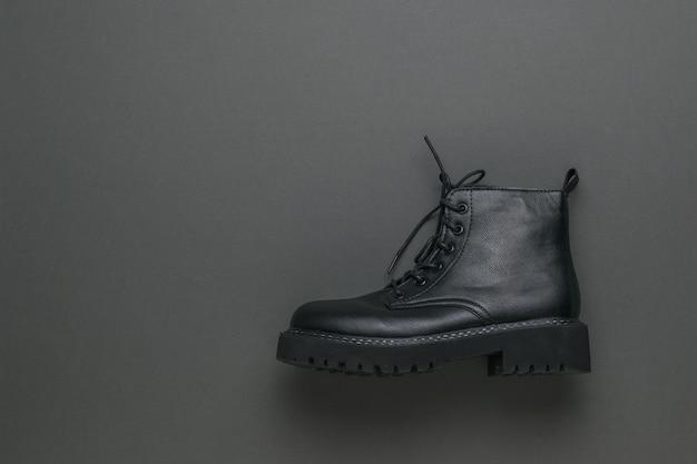 Stijlvolle zwarte schoenen op een grijze ondergrond
