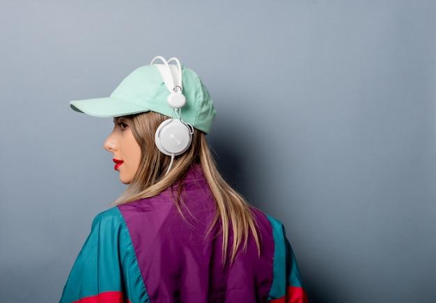 Stijlvrouw in de jaren 90klerenstijl met hoofdtelefoons