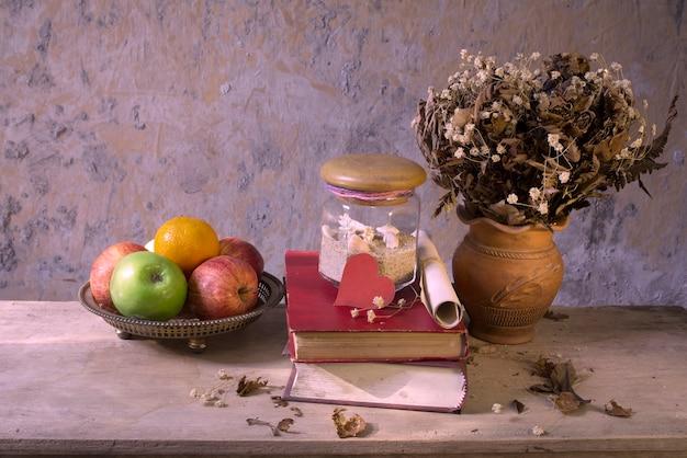 Stilleven appelfruit en oud boek met zeeschelpdecoratie