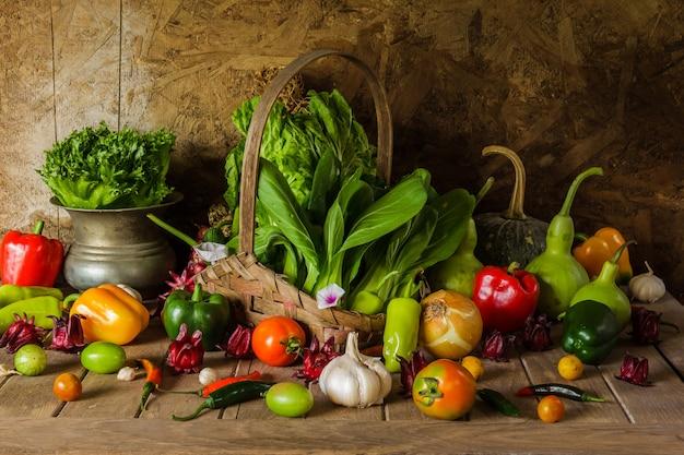 Stilleven groenten, kruiden en fruit.