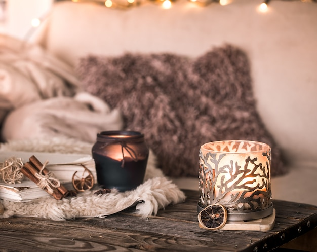 Stilleven huiselijke sfeer in het interieur met kaarsen op de achtergrond van gezellig