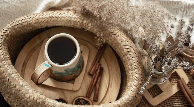 Stilleven in een gezellige kamer met een prachtige handgemaakte keramische beker.