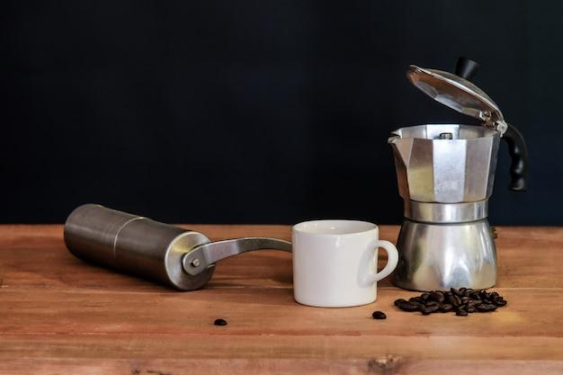 Stilleven koffiezetapparaat en beker op tafel.