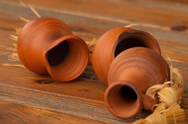 Stilleven met aarden kruiken op een houten tafel.