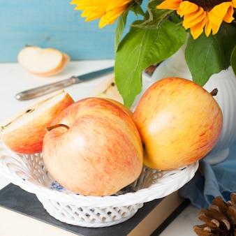 Stilleven met appels en zonnebloemen