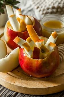 Stilleven met appels op hout. appels in reepjes gesneden.