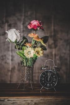Stilleven met bloemenvazen en klokken