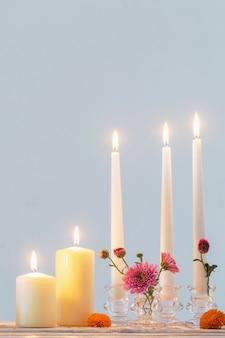 Stilleven met chrysant en kaarsen