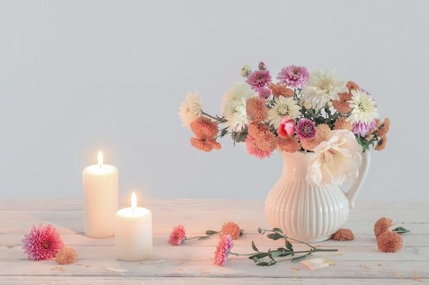 Stilleven met chrysanthemum en brandende kaarsen