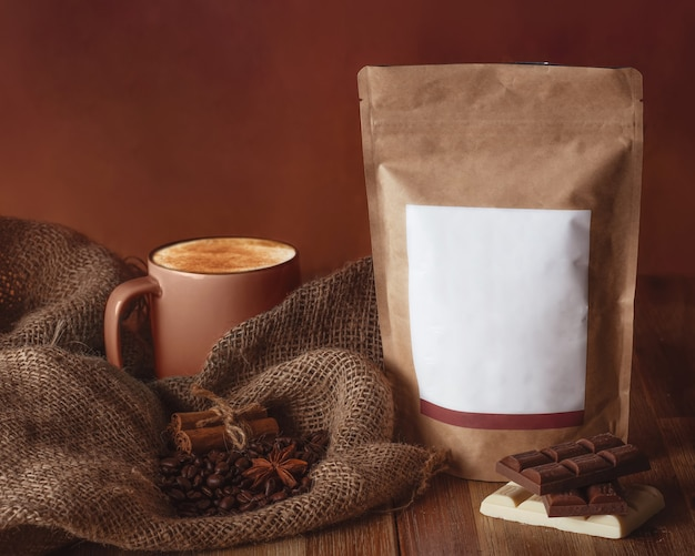 Stilleven met een kopje koffie, bonen en chocolaatjes
