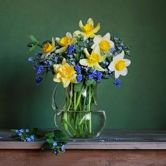 Stilleven met een lenteboeket met gele narcissen.