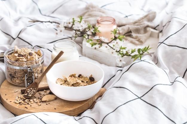 Stilleven met een mooi gezond ontbijt op bed