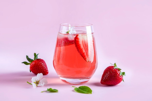 Stilleven met glas verkoelende aardbei sangria met mousserende wijn, aardbei, ijsblokjes