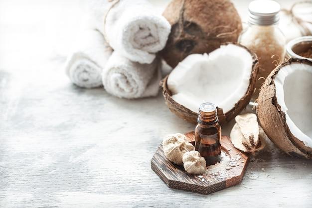 Stilleven met kokosolie in een fles en verse kokosnoot