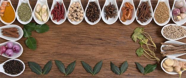 Stilleven met kruiden en specerijen plaatsen op een oude houten achtergrond. bovenaanzicht