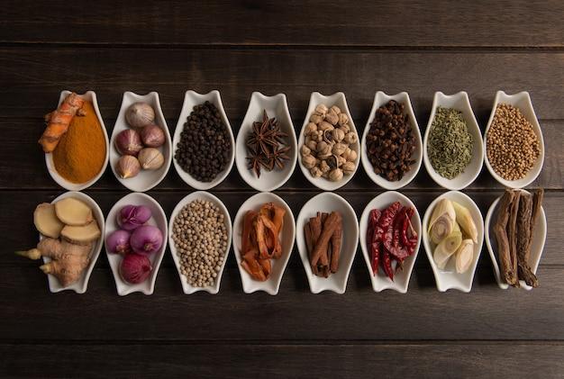 Stilleven met kruiden en specerijen plaatsen op een oude houten tafel. bovenaanzicht