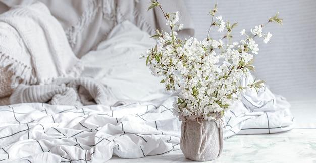 Stilleven met lentebloemen thuis. de eerste bloei van de lentesfeer en de gezelligheid van de woning.