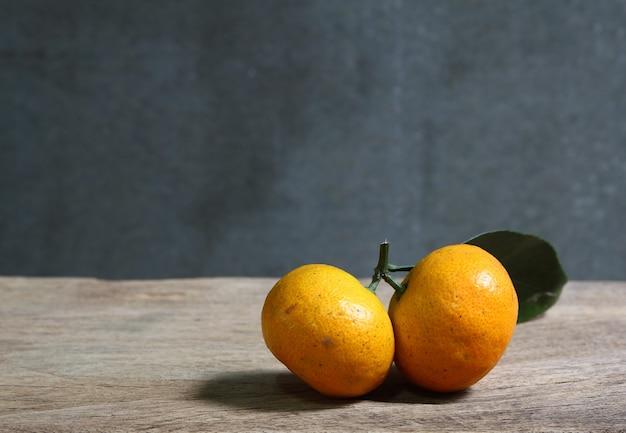 Stilleven met mandarijnen op houten tafel met grunge ruimte