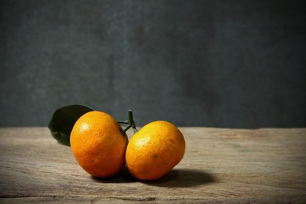 Stilleven met oranje fruites op houten tafel met grunge ruimte