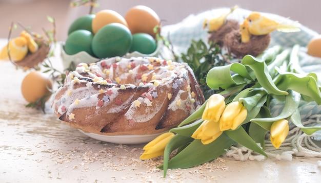 Stilleven met pasen cake en gekleurde eieren
